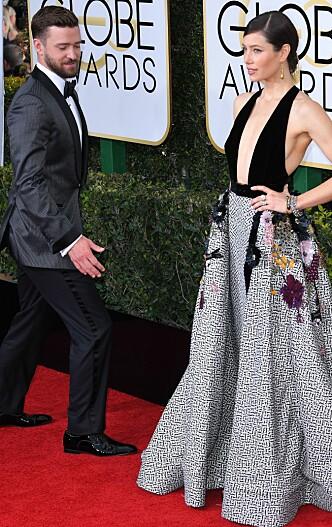 SPØKEFUGL: Justin Timberlake er kjent også for sin forkjærlighet for ablegøyer. Her spøker han med kona på den røde løperen under årets Golden Globe-utdeling. Foto: Scanpix