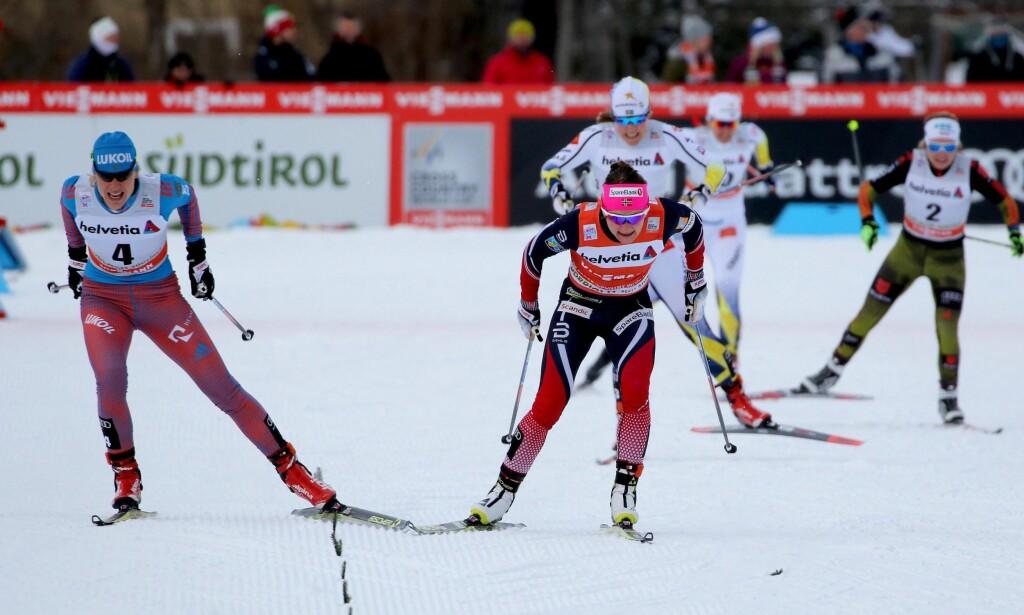 OMSTRIDT: Natalja Matvejeva (t.v.) skaper debatt og temperatur dagen før hun skal kjempe om VM-gull på mesterskapets åpningsdag i Lahti. Her etter en av mange spurtdueller mot Maiken Caspersen Falla. EPA/ANDREA SOLERO