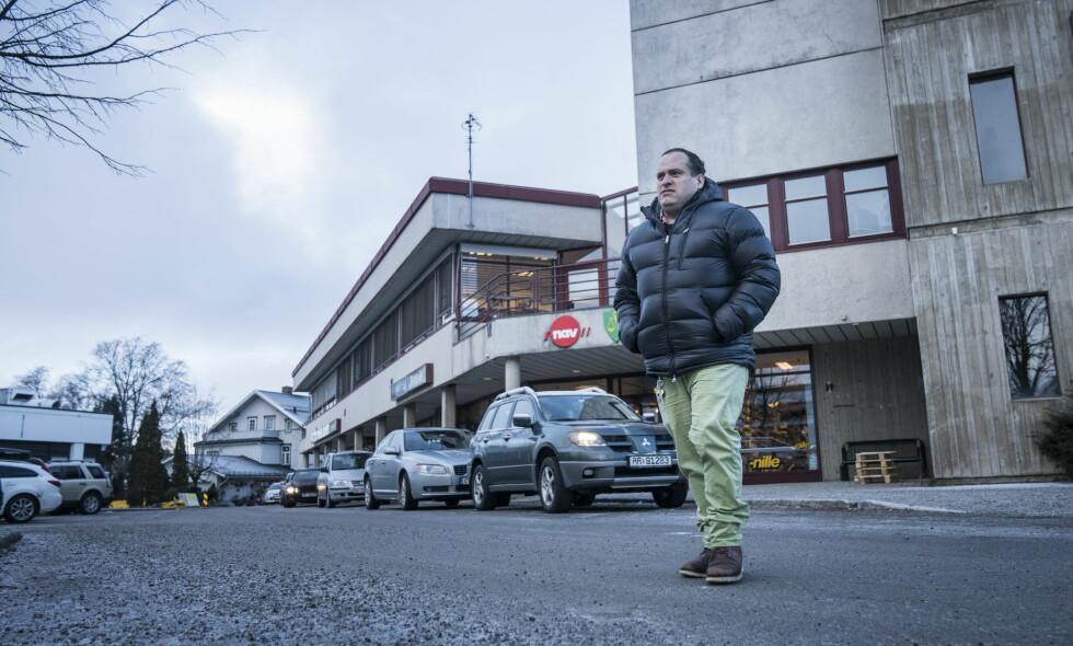 NEKTET ADGANG: Damian Moen (40) var et vanlig innslag i Eidsvoll sentrum fram til underskriftskampanjen fra tettstedets butikkledere nektet han adgang. Moen sier til Dagbladet at han ønsker seg en jobb slik at han har noe meningsfullt å fylle dagene sine med. Foto: Øistein Norum Monsen