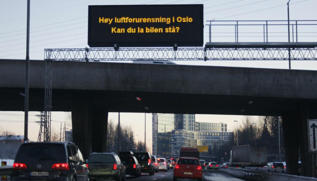 ANMODNING I FJOR - PÅBUD NÅ: 20. januar i fjor appellerte myndighetene bilistene til å la bilen stå i Oslo - her fra Ring 3 før avkjøringen til Helsfyr. Tirsdag og onsdag er det forbud mot å kjøre med dieselbiler på kommunale veier. Bilene på dette bildet vil ikke ha lov til å svinge av inn til arbeidsplassene på den andre siden av denne brua. Foto: Håkon Mosvold Larsen, NTB Scanpix.