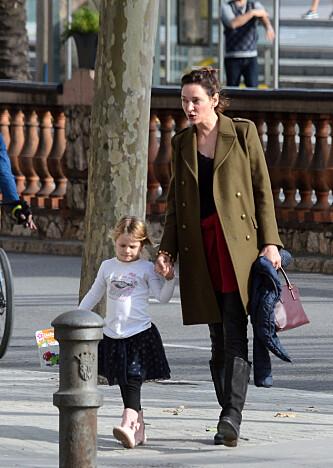 VIL IKKE GI SEG: Thurman kjemper om foreldreretten for datteren Luna (4). Her er mor og datter sammen i Barcelona. Foto: Scanpix.