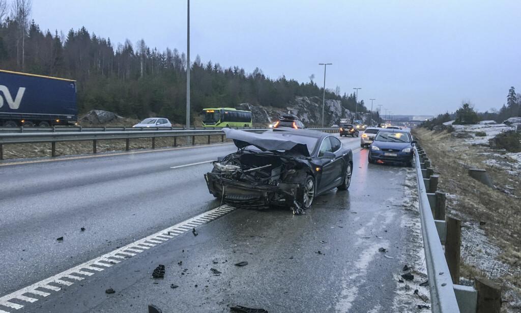 E6: Trafikkulykke på E6 mellom Ås og Son. I store deler av landet har underkjølt regn ført til trafikkuhell med mange involverte biler tirsdag ettermiddag. Foto: Tor Aage Hansen / NTB scanpix