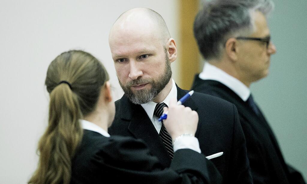 PROSEDERER: Anders Behring Breiviks advokater prosederer i lagmannsretten i dag. T.v. Mona Danielsen, t.h. Øystein Storrvik, begge fra Advokatfirmaet Storrvik.  Foto: Bjørn Langsem / Dagbladet
