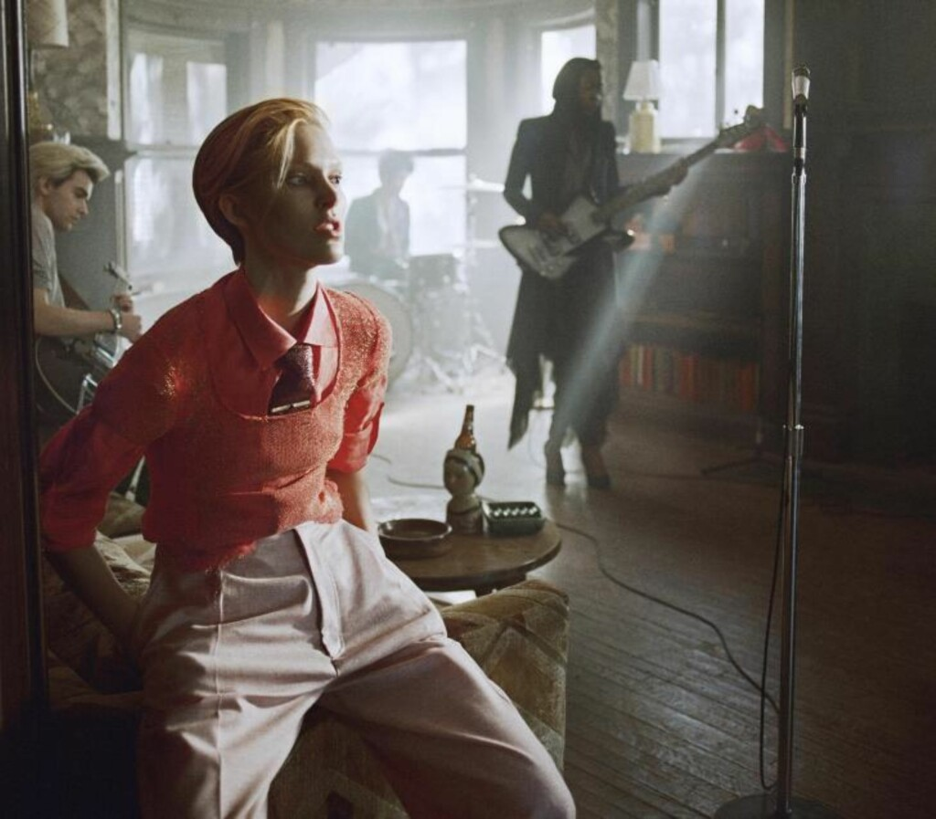 ISELIN BOWIE: Her er supermodellen Iselin Steiro som David Bowie i hans nye musikkvideo til låta «The Stars (Are Out Tonight)». Foto: Sony Music