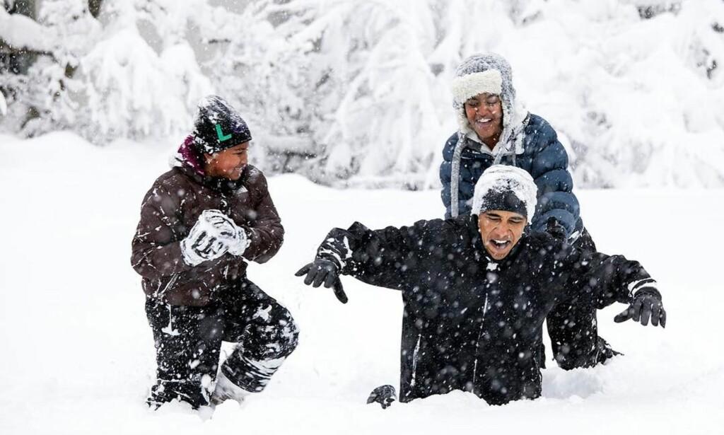 SNØAKTIVITET: Obama leker med døtrene Sacha (til venstre) og Malia i februar 2010. Bildet er en favoritt hos Obama-fotografen. Foto: Pete Souza / The White House / NTB Scanpix