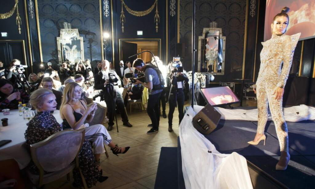JUBEL FRA SALEN: Her gjør Tone Damli comeback med en opptreden under Vixen Blog Awards. Foto: Scanpix.