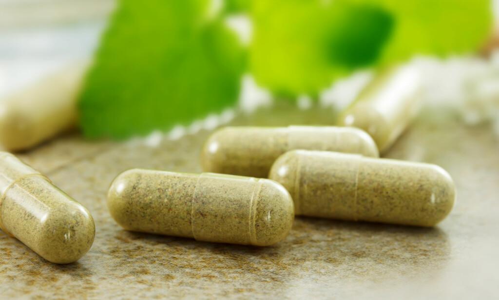 SPØR LEGEN: Bruker du legemidler i kombinasjon med naturmidler, er rådet klart: Fortell det til legen. Noen kombinasjoner kan være farlige. Foto: NTB Scanpix.