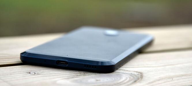 <strong>SKRÅR:</strong> Baksiden av HTC 10 Evo har skrå kanter, akkurat som på forgjengeren, HTC 10. Foto: Pål Joakim Pollen