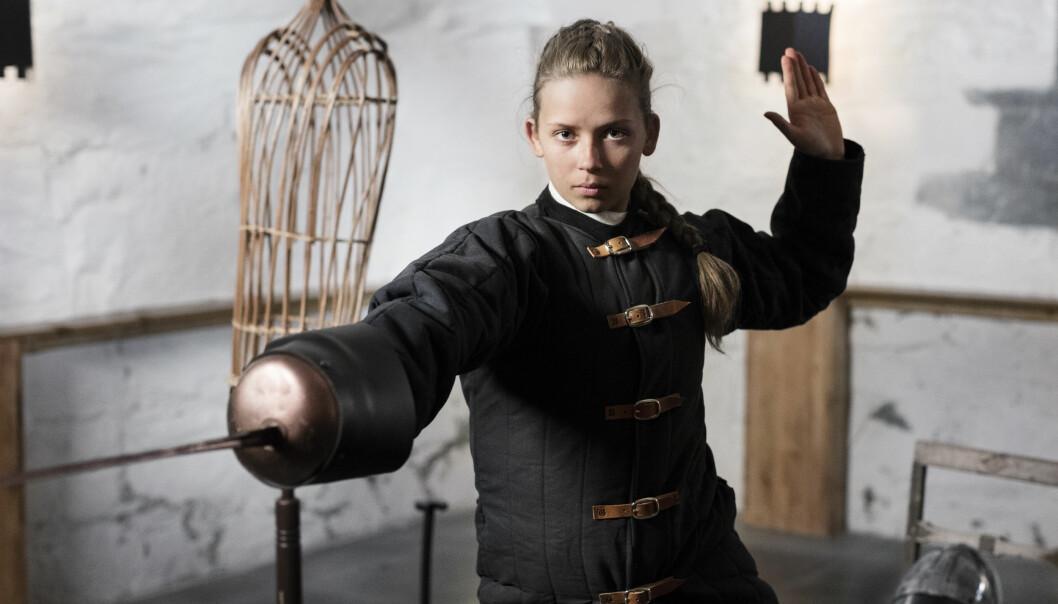 KAMPKLAR: Fossum sier til Dagbladet at hun gledet seg masse til å fekte i duellen, ettersom hun aldri hadde prøvd det før «Anno». Foto: Frank Foss / NRK / Strix