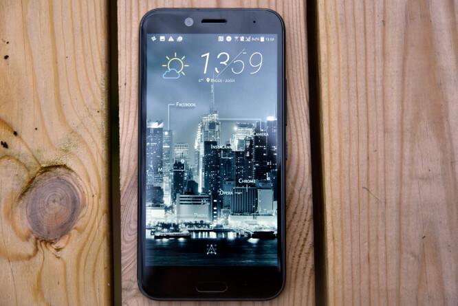 <strong>FREESTYLE:</strong> I stedet for app-ikoner, kan HTCs hjemskjerm tilpasses med etiketter for en ganske unik vri. Foto: Pål Joakim Pollen