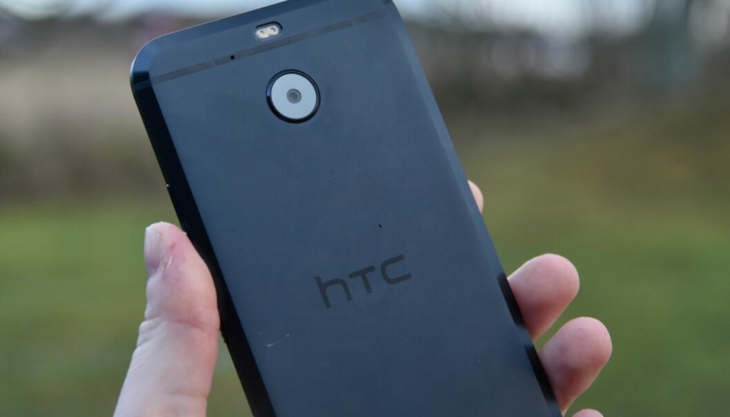 Kameraet på baksiden tar bilder med 16Mp oppløsning, men har mindre bildebrikke og svakere lysstyrke enn det som sitter i HTC 10. Det mangler også laserassistert autofokus. Foto: Pål Joakim Pollen