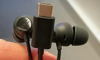 <strong>FØLGER MED:</strong> HTC 10 Evo har ikke vanlig lydutgang, så øreproppene som følger med er USB-C-baserte. Foto: Pål Joakim Pollen