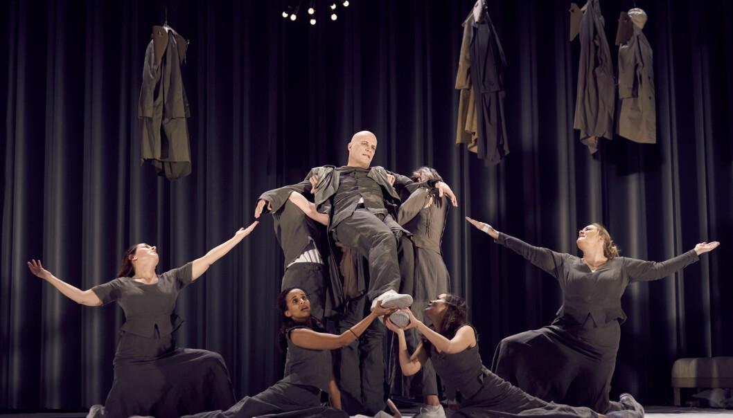 <strong>FANTASI OG FANTERI:</strong> Anders Mordal som verdens nedrigste mann, omgitt av tilbedere, i «Dekameronen», Nationaltheatret. Foto: Steffen Aarfing, Nationaltheatret
