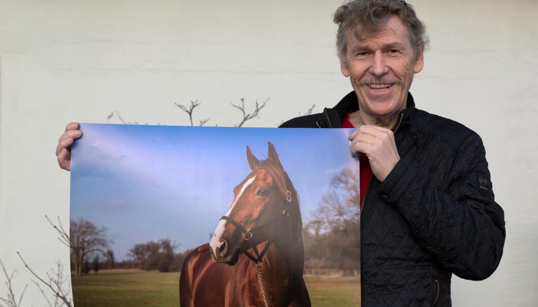 GROMGUTTEN: Kjell Erik Ness viser fram bilde av gromgutten Lionel. Det blir litt av en søndag i Paris for den livsglade 60-åringen. Foto: Eirik Stenhaug / Equus Media