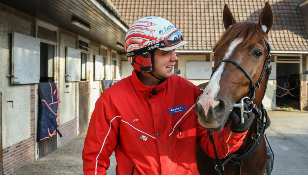 FORMET HESTEN: Gøran Antonsen smiler fornøyd med en god snus under leppa. Lionel skal ut i verdens tøffeste travløp i Paris på søndag. Foto: EIRIK STENHAUG / Equus Media