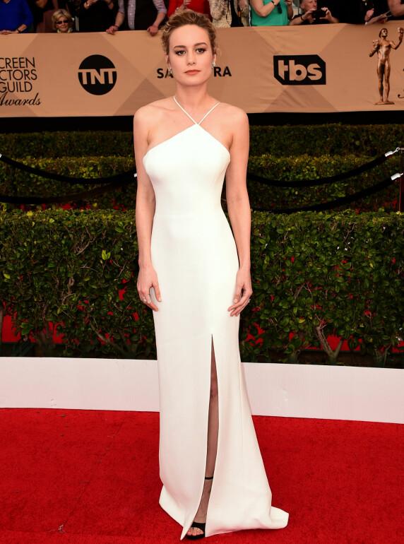 <strong>HELHVITT:</strong> Brie Larson tok seg strålende ut i denne hvite kjolen fra Jason Wu, stylet med sorte stroppesko fra Jimmy Choo. Foto: Scott Kirkland/PictureGroup/ NTB scanpix