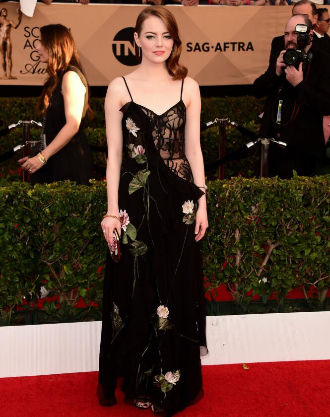 <strong>ELEGANT:</strong> Prisvinner Emma Stone var både romantisk og sensuell i denne vakre kreasjonen fra Alexander McQueen. Foto: Scott Kirkland/PictureGroup/NTB Scanpix