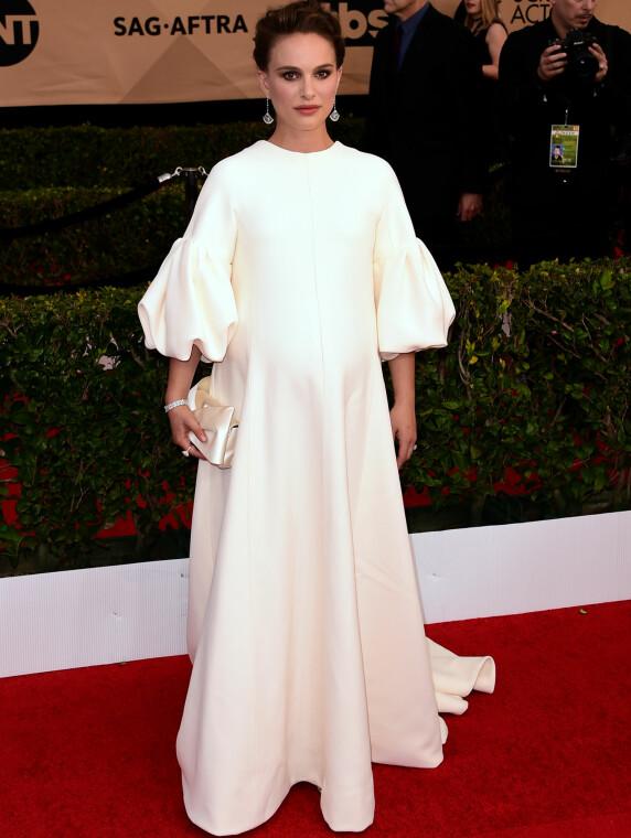 <strong>HVIT DRØM:</strong> Natalie Portman skjulte babymagen under denne kreasjonen fra Dior Haute Couture, stylet med diamantsmykker og en clutchveske i sateng. Foto: Scott Kirkland/PictureGroup/NTB scanpix