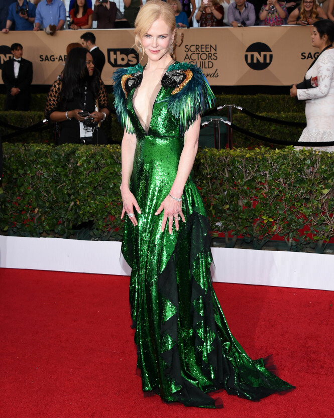 <strong>UVANLIG:</strong> Nicole Kidmans grønne Gucci-kjole med papegøyehoder på skuldrene har fått hard medfart etter at hun viste seg på SAG Awards-løperen. Foto: NTB scanpix