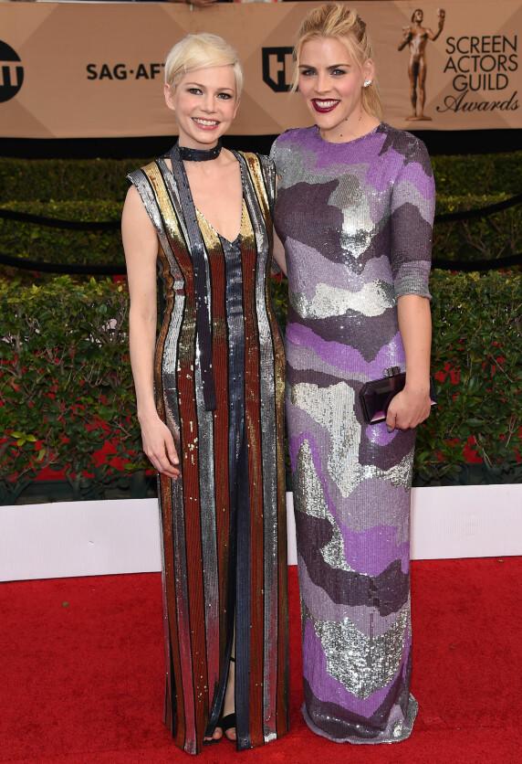 <strong>GLITRENDE DUO:</strong> Venninnene Michelle Williams og Busy Phillips strålte i kjoler fra henholdsvis Louis Vuitton og Jeffrey Dodd. Foto: NTB scanpix&nbsp;
