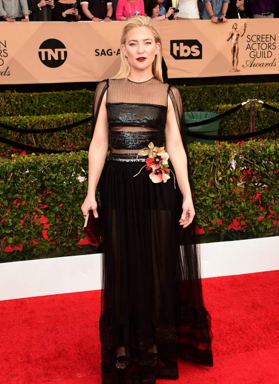 <strong>FÅR SKRYT:</strong> - Kate Hudson ser ut som en gudinne i denne kjolen. Elsker den nesten gotiske makeupen, det bakoverstrøkne håret og blomstene på kjolen som myker opp helheten, sier Heldal. Foto: Scott Kirkland/PictureGroup/ NTB scanpix