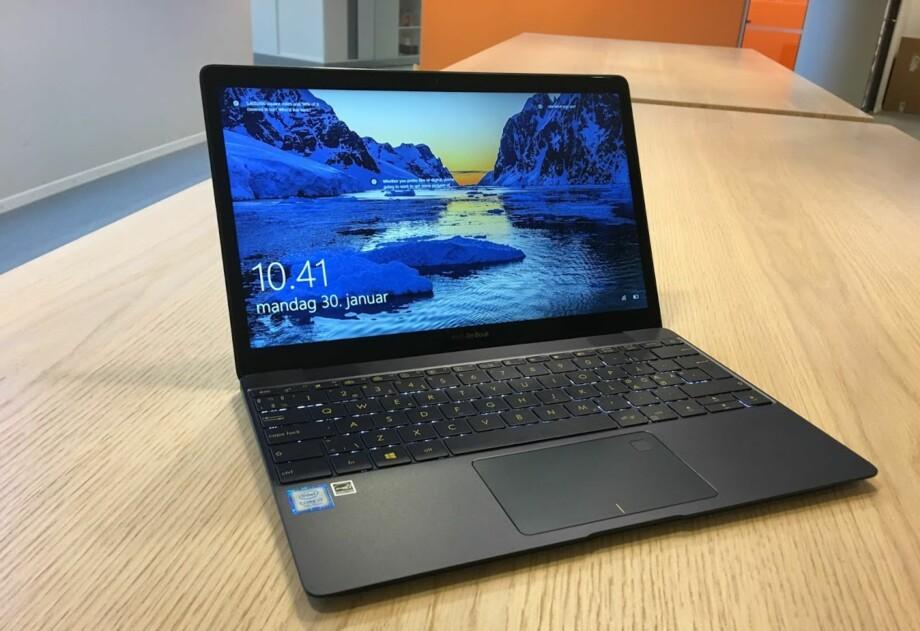 LITEN RÅTASS: Vi tviler på at du finner kraftigere PC som veier like lite som Zenbook 3. Foto: Bjørn Eirik Loftås