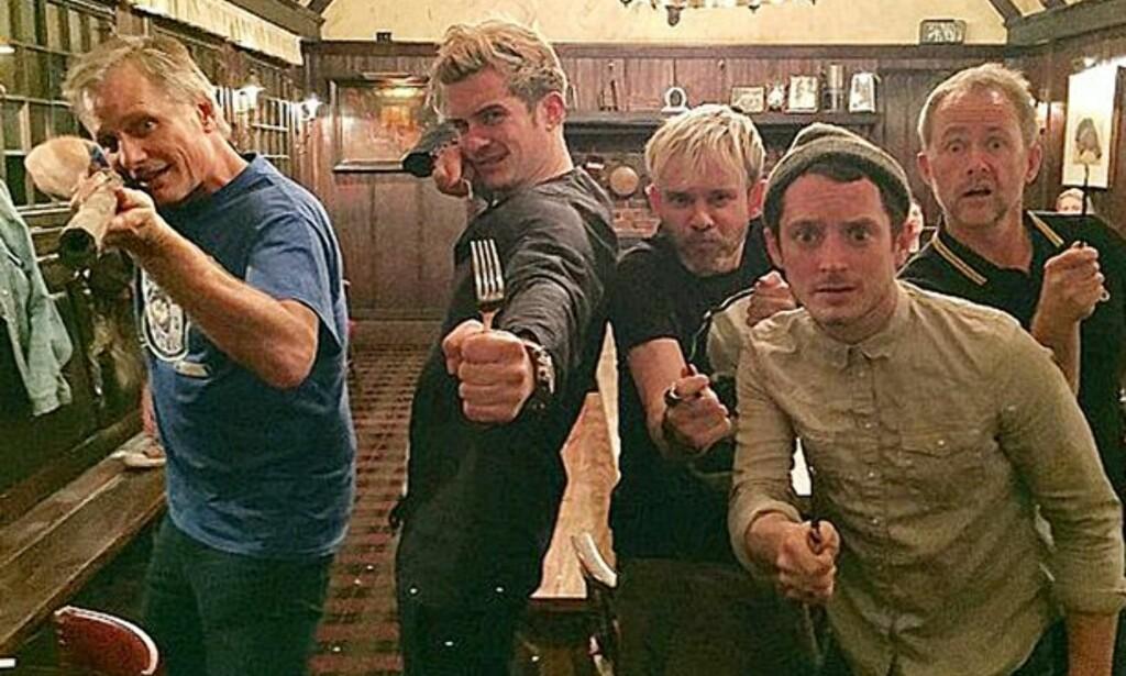 GJENFORENT: Flere av skuespillerne fra Ringenes Herre møttes på en pub tidligere denne uken. Fra venstre: Viggo Mortensen (Aragorn), Orlando Bloom (Legolas), Dominic Monaghan (Merry), Elijah Wood (Frodo) og Billy Boyd (Pippin). Foto: Privat / Instagram