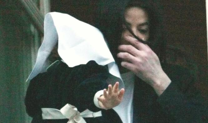 <strong>SKJERMET:</strong> Michael Jackson viste sjeldent fram barna sine, uten at de var tildekket. Her holder han dattera Paris på en balkong i Berlin i 2002. Foto: AP, NTB scanpix