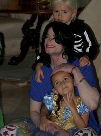 <strong>MED BARNA:</strong> Michael Jackson var ifølge barna svært tilstedeværende i deres oppvekst. Her er han sammen med sin eldste sønn og Paris Jackson. Foto: Zuma, NTB scanpix