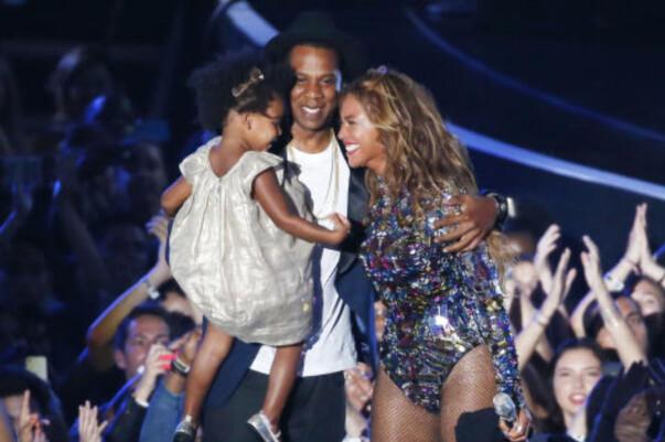 <strong>SNART FEM:</strong> Nå kan den lille familien på tre juble over at de nå snart skal bli en familie på fem. Foto: NTB Scanpix
