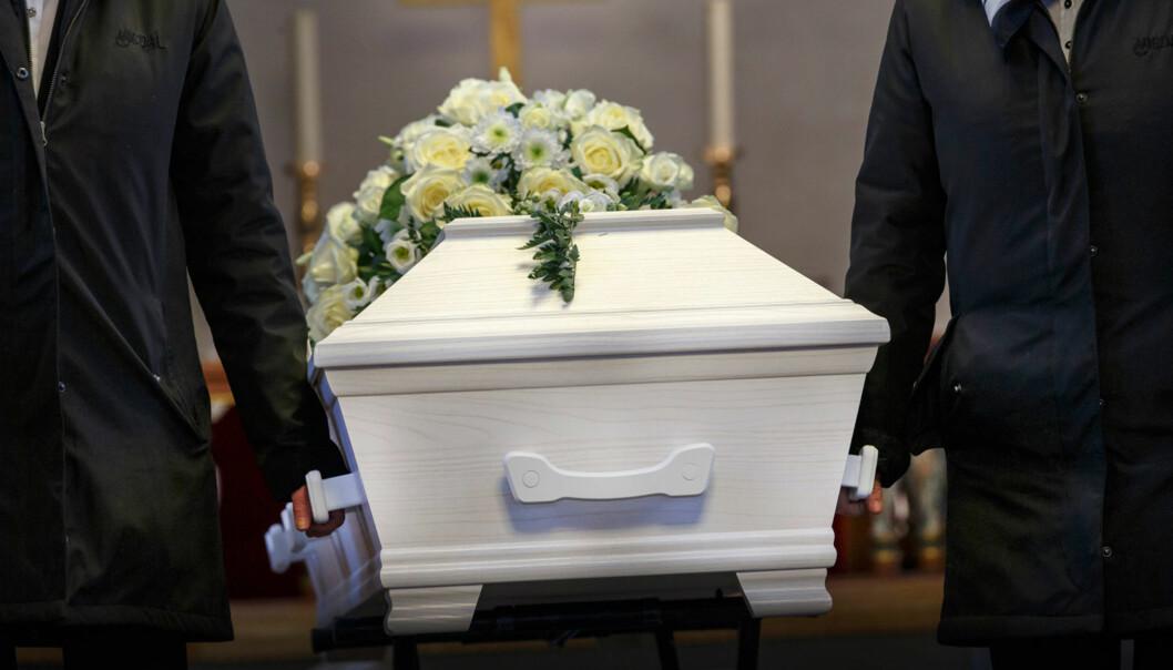 <strong>ET SISTE FARVEL:</strong> Våre kjære skal få en verdig avskjed, men det er ikke like lett for alle pårørende å betale for begravelsen når kostnadene fort kan øke. Illustrasjonsfoto: Scanpix.