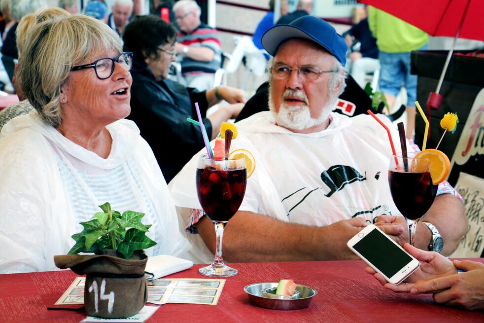 <strong>12 TIPS TIL GRAN CANARIA:</strong> Hva skal du gjøre, hvor skal du bo - og hva skal du spise og kjøpe? Anne Beate Gislerud (63) og Petter Gislerud (64) fra Asker har vært på Gran Canaria hvert år siden 1994. De liker å gå turer når de er der, som veldig mange andre nordmenn vi har snakket med på øya. Akkurat denne dagen vi treffer dem i Arguineguin, regner det, slik at turen ble byttet ut med markedsvandring og en pause på kafé. Foto: Ole Petter Baugerød Stokke