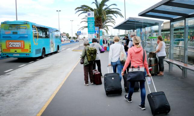 TA BUSSEN! Det er veldig enkelt og effektivt å ta bussen fra flyplassen. Og det er billig! Det er betjening som viser deg til riktig buss, så du slipper å lure på det. Foto: Ole Petter Baugerød Stokke