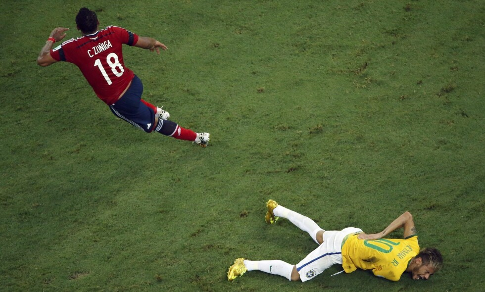 SKREK AV SMERTE: Neymar ble liggende etter en duell i kvartfinalen mot Colombia . Foto: NTB Scanpix