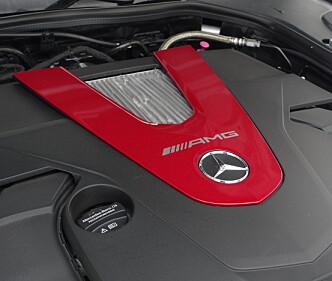 <strong>HERLIG:</strong> V-sekseren med to turboer gjør den tunge Mercedesen veldig rask og som bonus får du et lydbilde som aldri gjør deg i tvil om at du skal fylle 98-oktan. Foto: Rune M. Nesheim