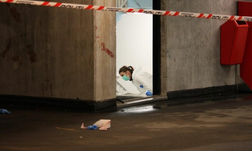 VOLDSEPISODE: Krimteknikere jobber på åstedet hvor en kvinne ble alvorlig skadd. Voldsepisoden skjedde i Kilden parkeringshus, som ligger på Odderøya sør for Kristiansand sentrum. Foto: Jens Holm / Stringerfoto