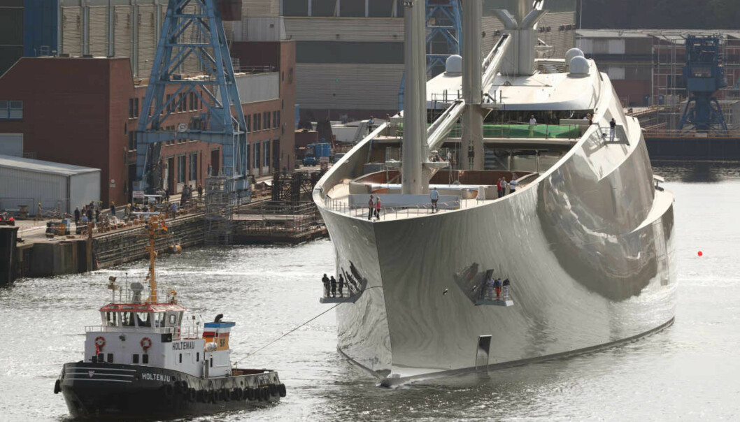 PRØVETUR: Da «Sailing Yacht A» skulle på prøvetur sist høst, måtte taubåtene til pers for å få den enorme seilskuta ut av havna i Kiel. Foto: NTB Scanpix