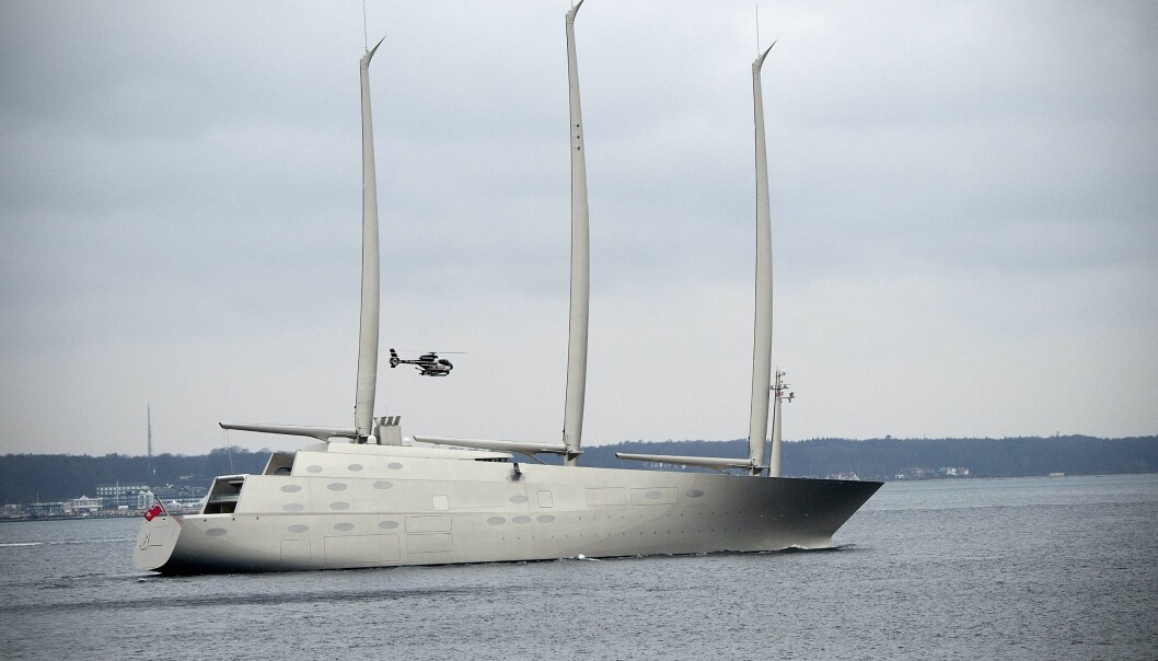 SUPER-SEILER: Denne seilbåten, som den russiske oligarken Andrej Igorevich Melnichenko har investert rundt fire milliarder kroner i, er 143 meter lang og full av luksus og moderne teknolgi. Her er båten på vei til Kristiansand. Foto: EPA /NYB Scanpix