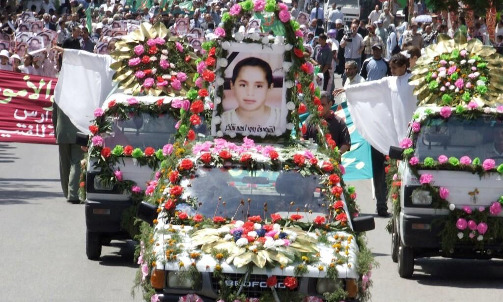 DØDE: Et bilde av Budour Ahmed Shaker, som i 2007 døde under omskjæring i Egypt, står på taket av en bil under en protestaksjon i byen Assuit 500 kilometer sør for Kairo. Egypts regjering har forbudt omskjæring av jenter og kvinner, og landets øverste muslimske leder, stormuftien, uttalte i forbindelse med dødsfallet at inngrepet strider mot islam. Foto: Reuters / Scanpix