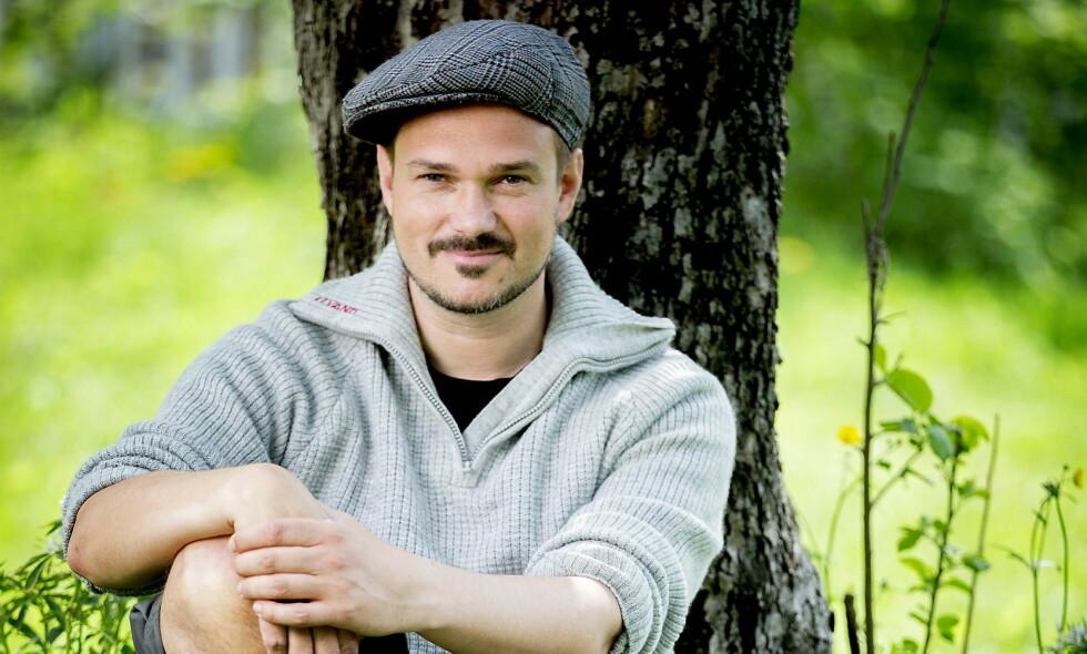SJOKKERT: TV-profil Tore Petterson (37) forteller at han daglig mottar mellom 100 og 400 slengbemerkninger på sosiale medier. Mange av dem går på hans legning. Foto: Bjørn Langsem / Dagbladet