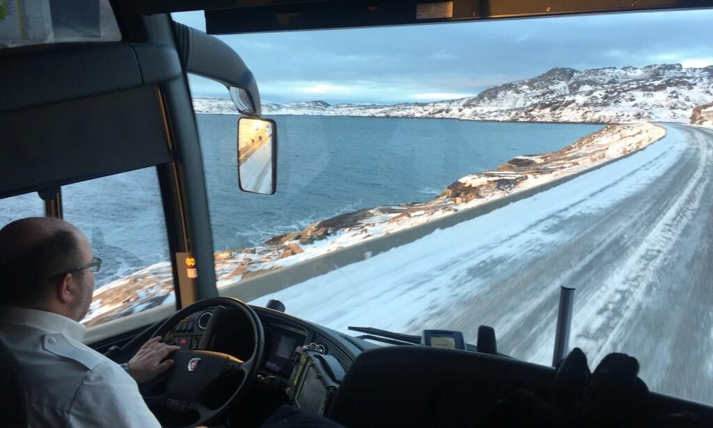 DÅRLIG DEKNING: Finnmark er det norske fylke med færrest folk og flere områder uten  radiodekning. Bussjåfør Yngve Isaksen (59) og andre Dagbladet møter forteller at DAB-dekninga er verre enn FM-dekninga i fylket. Foto: Gabrielle Graatrud / Dagbladet