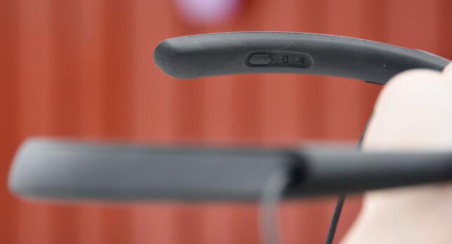 BØYLE: Denne bøylen har man rundt halsen når QC30 er i bruk. Av og på-knappen finner du på innsiden og er lett å kjenne seg frem til selv om du har dem på. Foto: Pål Joakim Pollen