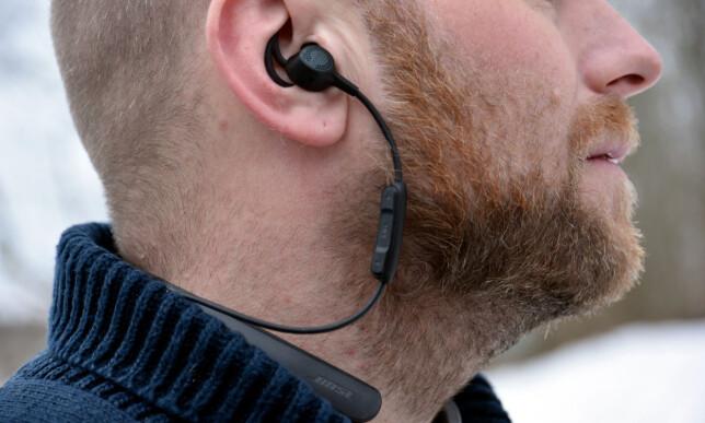 BLIR STILLE: Så fremt du får øreproppene ordentlig på plass, blir det veldig stille fra omgivelsene. Det gjør at du kan høre musikk uten å skru volumet alt for høyt også. Foto: Cecilie Pollen