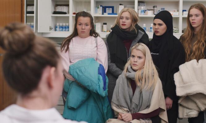 <strong>SUKSESS:</strong> Jentegjengen i «Skam» går gjennom problemer som mange ungdommer opplever i løpet av ungdomstiden. Her er Ina Svenningda (Chris)l sammen med Josefine Pettersen (Noora), Iman Meskini (Sana), Lisa Teige (Eva) og Ulrikke Falch (Vilde). Foto:&nbsp;