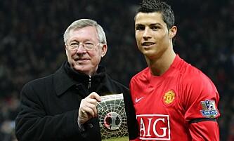 <strong>STJERNESTATUS:</strong> Daværende Manchester United-spiller Cristiano Ronaldo står sammen med tidligere manager Sir Alex Ferguson etter å ha blitt kåret til årets spiller i verden. Foto: NTB Scanpix