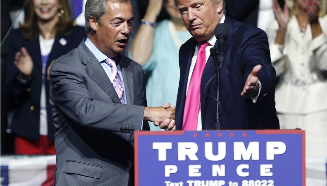 <strong>KOMPISER:</strong> Nigel Farage ble fraktet rundt i Donald Trumps valgkamp som en høyrepopulistisk maskot. Her er han sammen med sjefen selv under et valgmøte i Jackson, Mississippi, i august i fjor. Det republikanske partiet lot det skje. (AP Photo/Gerald Herbert, File)