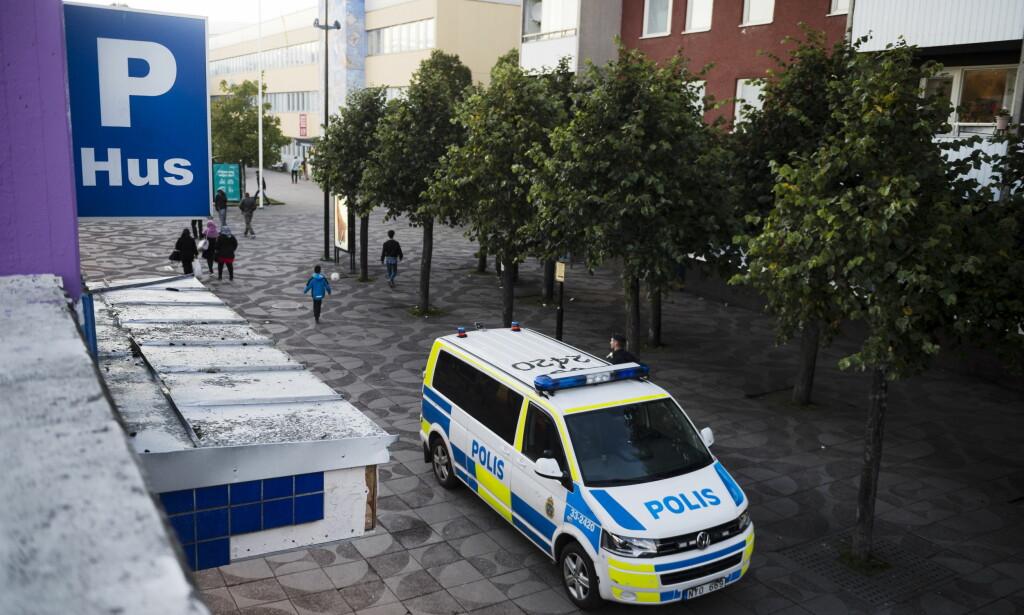 RINKEBY: Da en politipatrulje var på et rutineoppdrag i Stockholm-forstaden Rinkeby i går kveld rundt klokka 23.00, oppsto det amper stemning på stedet da patruljen kontrollerte en person. Det endte med at politipatruljen med ble angrepet og fikk kastet flasker og glass mot seg, ifølge svenske Expressen. Bildet er tatt ved en tidligere anledning. Foto: TT / NTB Scanpix