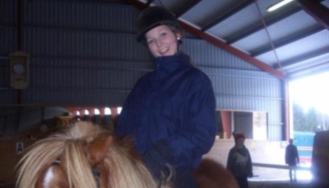 PÅ HESTERYGGEN: Ida Gran-Jansen var en ivrig rytter som ung. Her er hun i slutten av tenårene. Foto: NTB Scanpix