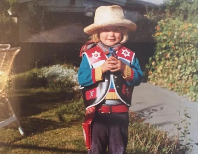 COWGIRL: Da Myhre var bare fire år gammel kledde hun seg ut som cowgirl og poserte stolt i hagen. Foto: Privat