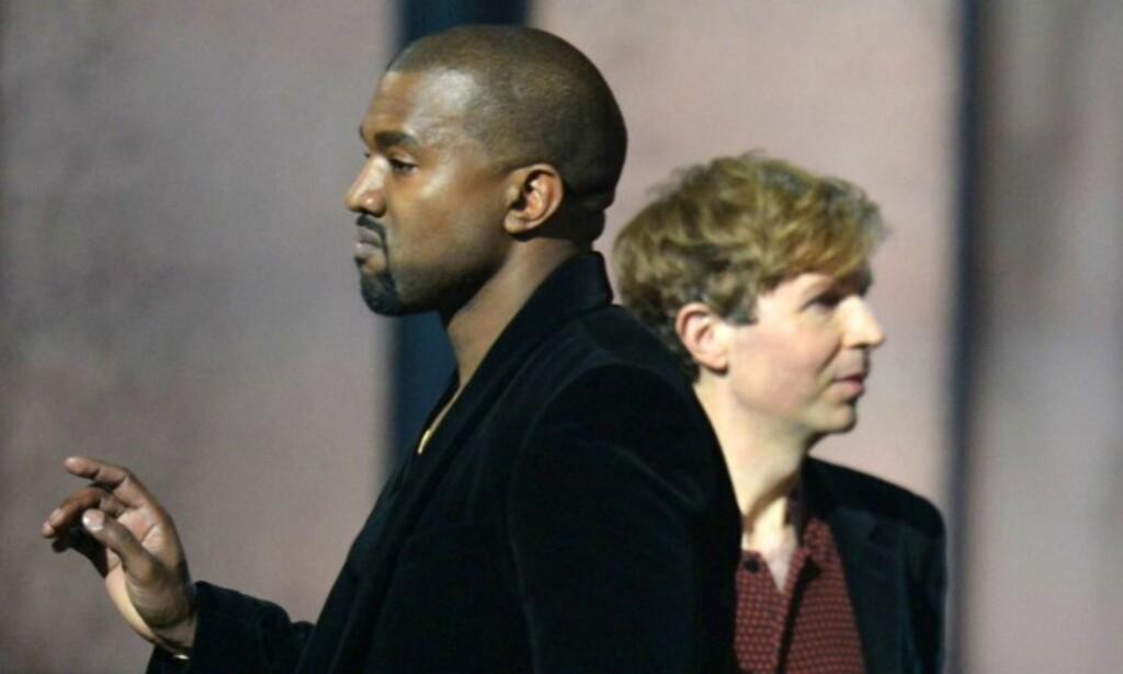 SUR: Kanye West stormet opp på scenen i protest da Beck vant prisen for årets album under fjorårets prisutdeling. Foto: Afp